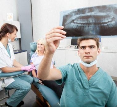 Konsultacija dėl dantų implantų